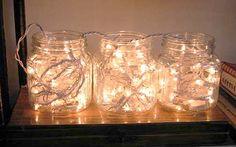 Esta ideia é simples e criativa: fio de luzinhas dentro de potes de vidros. Coloque sobre um aparador ou bufê e ilumine sua festa. Dica da Maria Alice Muller, do site Casa com Design (http://abr.io/ja-e-natal).