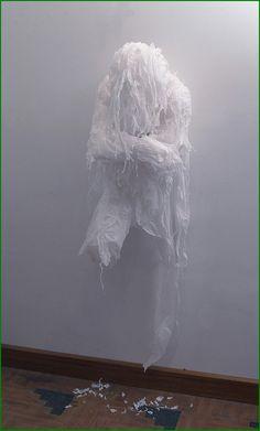 L'artiste pakistanaise Khalil Chishtee (née en 1964) a une manière bien à elle de recycler les sacs plastiques. Elle donne vie grâce aux sacs poubelle, sacs d'épicerie et autres bâches en plastique, à des personnages grandeur nature remplis d'émotions. Ce matériaux étant comme une métaphore, un «recyclage de nos identités» .