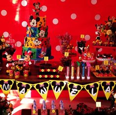 A Disney party First Birthday Parties, First Birthdays, Kids Party Themes, Party Ideas, Minnie Mouse First Birthday, Thrasher, Luau, Baby Shower, Disney Ideas