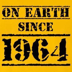 ON EARTH SINCE 1964. Cooles Design zum 50. Geburtstag. Wir wünschen Happy Birthday, sagen Alles Gute und wünschen Dir die schönste Party des Jahres, mit all Deinen Freunden.