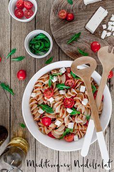 Ob zum Grillen, für die Party oder zum Abendessen: Der mediterrane Nudelsalat steht in nicht einmal 30 Minuten auf dem Tisch. #nudelsalat #mediterran #italienisch #bester #salat #grillen #party #tomaten #rucola #feta #rezept Easy Peasy, Pasta Salad, Dressings, Bbq, Good Food, Favorite Recipes, Winter, Ethnic Recipes, Pie