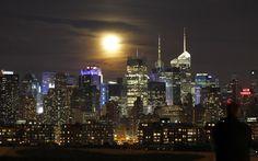 La Luna sobre el cielo de Manhattan .Nueva York