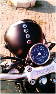 Triumph - mini dummy lights built into the headlight bucket. Sweet.