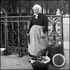Vieux métiers de Paris, 1900.marchande de douceurs.