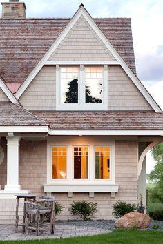 Classic East Coast Shingle Style Lakeside Cottage - Home Bunch Interior Design Ideas Lakeside Cottage, Beach Cottage Style, Beach Cottage Decor, Green Exterior Paints, Exterior Paint Colors For House, Exterior House Siding, Cottage Exterior, Home Styles Exterior, Exterior Design