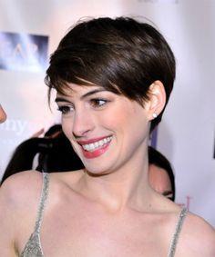 Styles für kurze Haare Frauen von Anne Hathaway: Kurz Frisuren Mit Pony ~ frauenfrisur.com Frisuren Inspiration