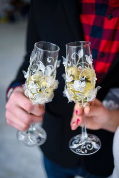 Wedding Champagne Flutes, White flowers, Toasting Glasses, Personalized Set, bride and groom, luxury traditional,  2pcs G16/11/25-0002