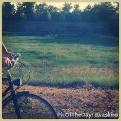 """La #PicOfTheDay #turismoer di oggi ci porta in un tardo pomeriggio ferrarese, a pedalare lungo le Mura della """"Città delle #Biciclette"""" #Ferrara #bici Complimenti e grazie a @vaskiro"""