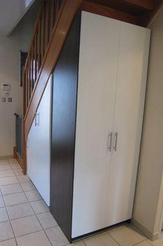 Aménagement sous escalier quart tournant, avec penderie d'un côté et placards sur l'autre face.
