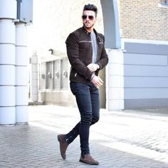 Finding a good pair of jeans is a great feeling; a pair of jeans that fit you well can quickly become your go-to piece of clothing on many occasions. Chelsea Boots Outfit, Urban Fashion, Boy Fashion, Fashion Outfits, Stylish Mens Outfits, Casual Outfits, Casual Wear, Men Casual, Style Masculin