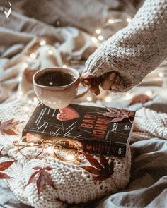 Find images and videos about light, book and coffee on We Heart It - the app to get lost in what you love. Autumn Aesthetic, Book Aesthetic, Camping Aesthetic, Autumn Photography, Book Photography, Fall Inspiration, Autumn Cozy, Cozy Winter, Fotos Do Instagram