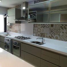 Cozinha integrada com lavanderia, deixa ambiente amplo. Opção para poder deixar entrar luz natural que vem da única janela. Projeto @giovane_designer @actualdesign