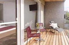 Großzügige Balkone der Superior Zimmer laden zum Entspannen ein - mit wunderbarem Blick ins Grüne eine Auszeit genießen Design Hotel, Modern, Interior Design, Outdoor, Double Room, Time Out, Nest Design, Outdoors, Trendy Tree