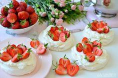 Bezy z truskawkami / Mini pavlovas with strawberries
