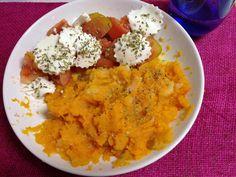 Calabaza hervida y triturada con tomate a rodajas, queso fresco 0% mg y orégano