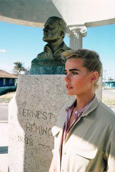 Margaux Hemingway posant devant le buste de son grand-père Ernest Hemingway au village de Cojimar à Cuba