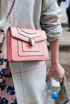 Lady-Version: Bulgari-Tasche mit Cobra-Schließe
