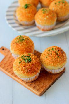 あいりおーさんの「秘密のカレーパン♪」レシピ。製菓・製パン材料・調理器具の通販サイト【cotta*コッタ】では、人気・おすすめのお菓子、パンレシピも公開中!あなたのお菓子作り&パン作りを応援しています。 Bread Recipes, Baking Recipes, Curry Bread, Finger Food Catering, Japanese Bread, Japanese Buns, Bakery Menu, Bread Shaping, Cooking Bread