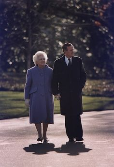 President George and Barbara Bush take a last walk around the White House Grounds on Jan. Presidents Wives, American Presidents, American History, American Pride, Barbara Pierce Bush, Barbara Bush, Laura Bush, George Bush Family, First Lady Of America
