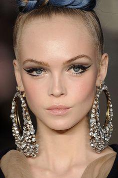 1 Trend 4 Ways: Cool Geometric Eyeliner: Girls in the Beauty Department Cat Eye Makeup, Beauty Makeup, Hair Makeup, Hair Beauty, Eyeliner Makeup, The Beauty Department, Mode Inspiration, Makeup Inspiration, Hair Dos