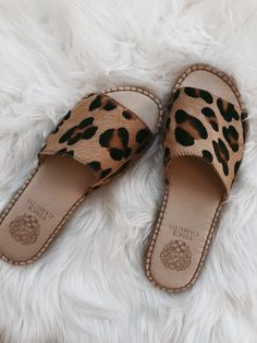 Discover recipes, home ideas, style inspiration and other ideas to try. Pretty Shoes, Cute Shoes, Me Too Shoes, Cool Shoes For Girls, Leopard Print Sandals, Leopard Flat Shoes, Leopard Prints, Cute Sandals, Vince Camuto Shoes