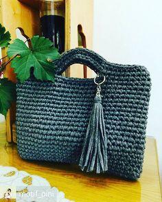 Bolsa linda e básica,  do tipo vai com tudo  Inspiração by @motif_pini #inspiracao #bolsadecroche #bolsafiodemalha #bolsaartesanal #moda2017 #moda #modafeminina #crochelovers #crochetinspiration #knitting_inspiration #uncinetto #tejer #gancillo #trapillo #tshirtyarn #yarning #design