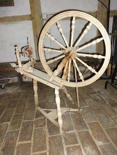 Antikes Spinnrad, helles Holz, 63 cm DM, Höhe: 102 cm, Länge: 103 cm, shabby, wunderschön !