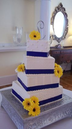 CAKE idea! :) Using sunflowers and adding brown in the design.