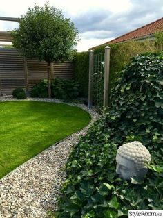 Byggt ett plank och en pergola i ena hörnan av trädgården där häcken inte riktigt ville ta sig. I pergolan står lekstugan och odlingslådorna i ett