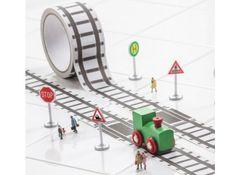 tape spoorbaan + trein € 12,50 Rol tape met afbeelding van treinrails inclusief een houten treintje. Plak de mooiste circuits op de grond, de muur of de tafelpoten, en spelen maar! De designers hebben een productverbetering aangebracht: de taperollen zijn gemaakt van ander materiaal waardoor geen lijmresten achterblijven als je de tape verwijderd. Wel zo gezinnig ;-)