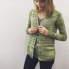 This cardigan is knit seamlessly from the top down. The button band is knit at the same time of the body of the cardigan, so you don't need to pick up stitches at the end. This is an easy knit, with raglan sleeves and a simple textured stitch pattern.