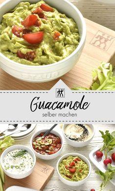 Guacamole - der Klassiker zu Nachos. Zusammen mit ein paar Gemüse-Sticks wird sie ganz schnell zu einem gesunder Snack beim Fernsehen! #rezept #gesundkochen