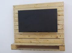 painel tv 32 de pallets c/ nicho pra dvd - pronta entrega! Tv Pallet, Wood Pallets, Pallet Furniture Tv Stand, Wall Pannels, Tv Rack, Diy Tv Stand, Wood Chandelier, Do It Yourself Crafts, Wall Mounted Tv
