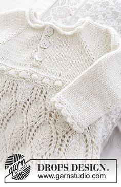 Conjunto: Vestido de baptizado ou para outra cerimónia, tricotado de cima para baixo, com raglan e ponto rendado, em DROPS Cotton Merino. Gorro com ponto rendado em DROPS Cotton Merino. Da 0 ao 2 anos. Modelo gratuito de DROPS Design.