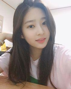 Gambar mungkin berisi: 1 orang, selfie, dekat dan dalam ruangan Korean Makeup Look, Cute Korean Girl, Girl Reading, Kim Min, Ulzzang Girl, Girl Crushes, Kpop Girls, Girl Group, Yuri