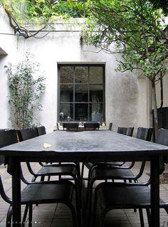 Weekend Inspiration: Outdoor dresses in black - Home Design & Interior Ideas Outdoor Rooms, Outdoor Dining, Outdoor Tables, Outdoor Gardens, Outdoor Decor, Outdoor Seating, Rustic Outdoor, Dining Area, Interior Exterior