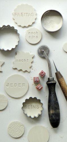 *Freitag nach 1 macht jeder seins:*    In dem *wöchentlich* stattfindenden Workshop   hast Du die Möglichkeit, *Broschen, Anhänger*   oder *Magnete* a