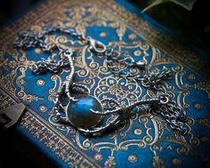 Voici un superbe collier que j'ai fait avec une très jolie pierre de Labradorite ronde (10mm de diamètre). Une paire de griffe en métal style antique l'enserre. Le collier est simple et discret.