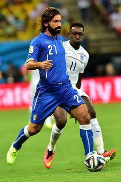 イングランド戦で、ドリブルするイタリアのピルロ(左)=14日、マナウス(AFP=時事) ▼15Jun2014時事通信|イタリア救った個の力=ピルロの判断、バロテリの嗅覚-サッカー〔W杯〕 http://www.jiji.com/jc/zc?k=201406/2014061500074 #England_Italy_group_D #Brazil2014 #Andrea_Pirlo