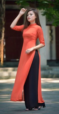 Buy lastest womens kurta and shalwar kameez in Pakistan at Oshi. Book Online affordable womens kurta and shalwar kameez in Karachi, Lahore, Islamabad, Peshawar and All across Pakistan Pakistani Dresses, Indian Dresses, Indian Outfits, Kurta Designs Women, Kurti Neck Designs, Salwar Designs, High Neck Kurti Design, Latest Kurti Designs, Plain Kurti Designs