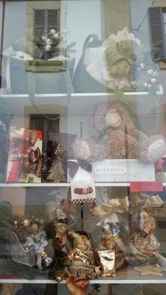 Un'occhiata alla vetrina. Poi si entra per un the con i biscottini, e si esce con un pensiero natalizio, per un'amica!