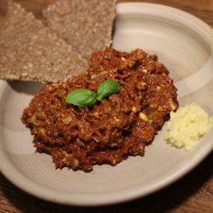 Dobrý tataráček je většinou sen každého masožravce. Tento recept je pro lidi, kteří právě maso nejí a milují RAW stravu. Chutný den :) http://fajnejidlo.eu/recepty/recept.php?id=172&id_category=10