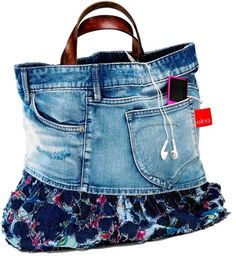 20 Creative Denim Bags are made with Recycled Jeans. You can transform your old jeans into a unique bag! Denim Purse, Jeans Denim, How To Hem Pants, Denim Ideas, Denim Crafts, Recycled Denim, Recycled Clothing, Recycled Fashion, Easy Sewing Projects