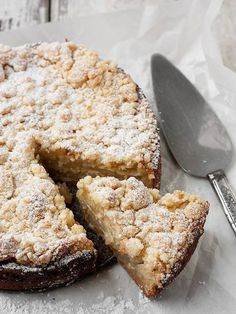 Fresh Apple Crumble Cake - Delicious and unique Fresh Apple Crumble Cake, with layers of apple, encased in a lovely crust and with a wonderful crumble topping - Seasons & suppers Apple Recipes, Sweet Recipes, Cake Recipes, Dessert Recipes, Apple Desserts, Apple Crumble Cake, Crumble Topping, Sour Cream Apple Coffee Cake Recipe, Apple Pie Cake