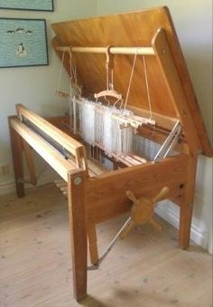 Bordsyta 145 x 90 höjd 75 Vävbredd 110 cm 8 trampor, varav 4 nytillverkade A loom that becomes a table (in Sweden but wish it was here) Weaving Loom Diy, Inkle Weaving, Weaving Tools, Card Weaving, Tablet Weaving, Weaving Projects, Weaving Textiles, Weaving Patterns, Tapestry Weaving