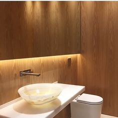 Lavabo l Madeira   espelho, adoro esta dupla! Projeto @paulamagnani_arquitetura