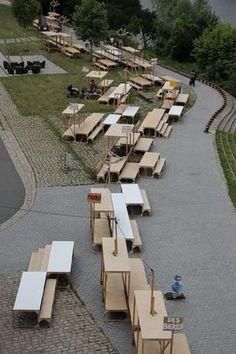 """1000 Plateaux, """"selon les organisateurs"""" 1000 plateaux est un mobilier urbain temporaire suscitant de nouveaux espaces de rencontres. Comme on se donnerait rendez-vous """"à la maison"""", 1 000 plateaux – tables, bancs, hamacs, praticables – invitent à s'approprier de nouveaux espaces urbains le temps d'un pique-nique, d'un apéritif, d'un jeu, d'un moment de détente…"""