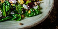Wildkräuter-Spinat-Salat mit Mandel-Himbeer-Dressing #nu3 #salat #rezept