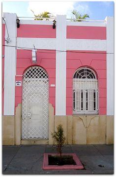 Vista de la entrad a la vivienda. Cienfuegos, Colonial, Garage Doors, Outdoor Decor, Home Decor, Decoration Home, Room Decor, Home Interior Design, Carriage Doors