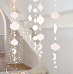 Guirlande en papier réalisée à la main, composée de nuages, d'étoiles, et d'une lune... Nuages de différentes tailles (3cm x 3,5cm et 5cm x...